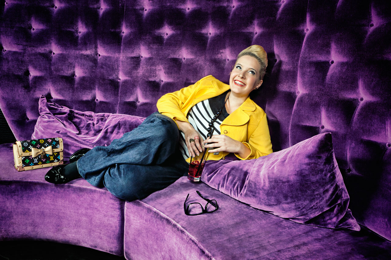 Friederike Prantl, Fotoscout, 26, steht bei angesagten V.I.P.-Partys auf der Gästeliste. Ihre Rampensau-Qualitäten erwarb sie sich in der Provinz, als man sie noch mit Gratisgetränken und Werbegeschenken honorierte. Foto: Melanie Dreysse