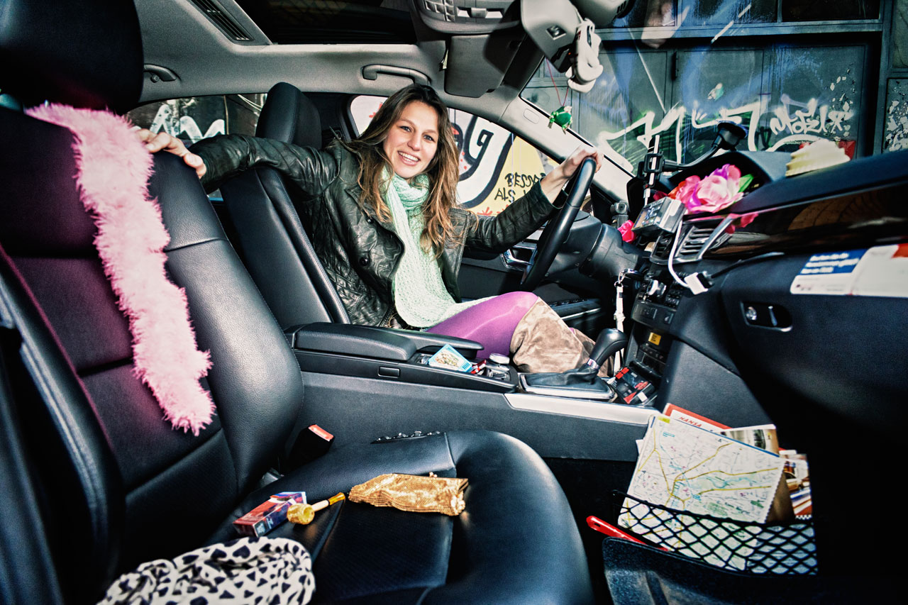 Die Taxi-Fotografin. Wenn Aimee Sonnleitner Fahrgäste befördert, kommt sie oft an bemerkenswerte Orte. Ganz nebenbei scannt sie alles, was neu oder ungewöhnlich ist – vom Promi bis zum Unfall. Foto: Melanie Dreysse
