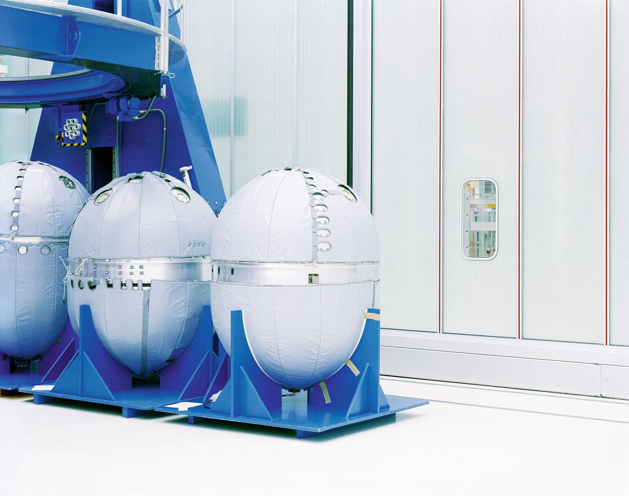Ei-Tech: Die eiförmigen Behälter hat EADS Space in Bremen ausgebrütet, um sie in den Weltraum zu schießen. Es sind Treibstofftanks.