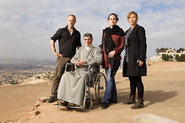 Während seiner Gefangenschaft im Camp Delta (Guantánamo) wurde Al Laithi im Gefängniskrankenhaus verprügelt, ein Wachmann warf ihn zu Boden und trat auf seinen Rücken. Seitdem ist er querschnittsgelähmt (v.l.n.r.: Mathias Braschler, Sami al-Laithi, Cornelia Fuchs & Monika Fischer).