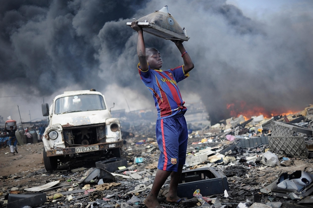 »Sodom und Gomorrha« nennen die Einheimischen die Giftmüllhalde Agbogbloshie im Zentrum von Accra, der Hauptstadt Ghanas. Um Geld zu verdienen, zertrümmern dort Kinder und Jugendliche auf Müllbergen Computer, Handys, Fernsehapparate und andere Geräte – allen Schadstoffen schutzlos ausgeliefert.