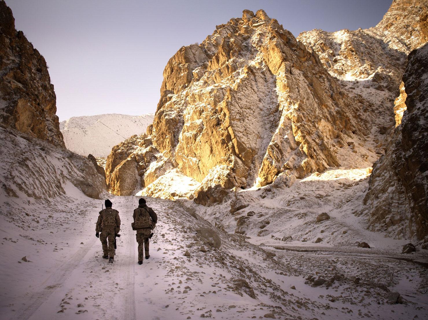 Sicherungstrupp von zwei Soldaten, Mazar e Sharif, Afghanistan.