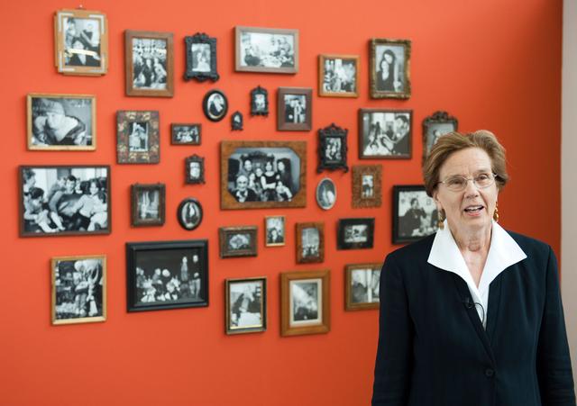 Martine Franck vor ihren Bildern während der Ausstellung »Georgischer Frühling« in Berlin, 2009.