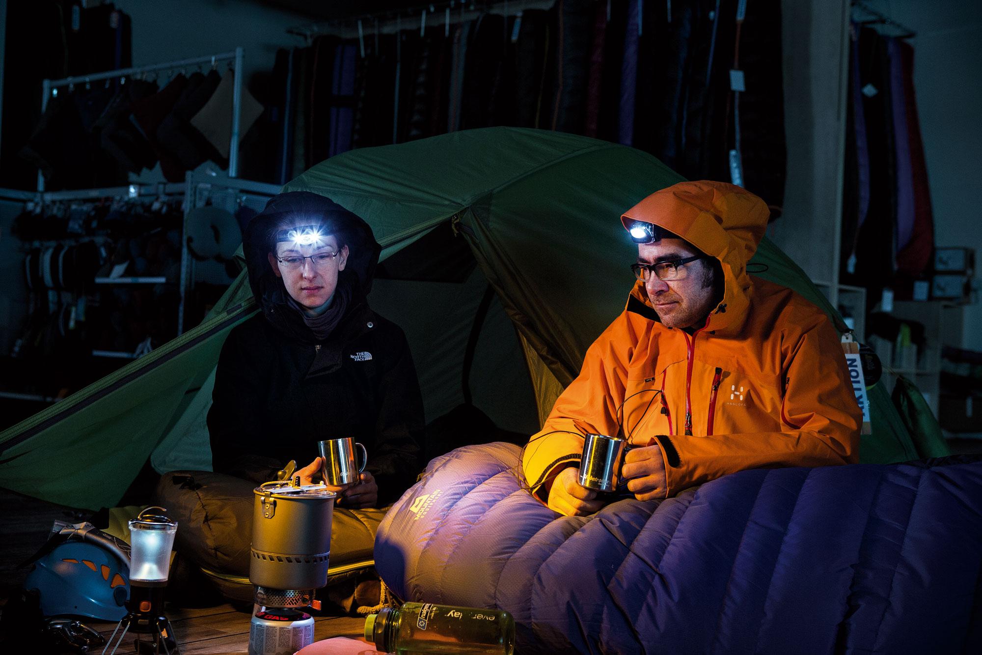 Nach einem anstrengenden Tag des Aufstiegs und Fotografierens im Hochland wird das Zelt aufgebaut und ein launiger Abend mit Helfern verbracht… Wie behauptet man sich auf dem Gebiet der Reisefotografie bei einem überbordenden Angebot? Nur wer besonders gutes Material mitbringt, hat eine Chance auf Verkauf und Refinanzierung seiner Reise. Es geht auch sparsamer: Im Globetrotter-Erlebniscenter die vorhandene Dekoration nutzen! Für den Fotografen besteht die größte Herausforderung darin, das Personal zum Mitmachen zu motivieren.