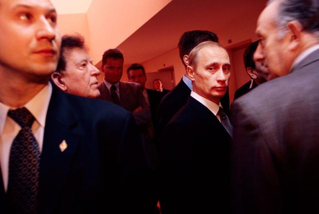 Mit Fotos Inhalte und auch Emotionen zu transportieren, das ist ein Ziel des Workshops. Hier ein Porträt Vladimir Putins an der Russischen Akademie der Wissenschaften, umgeben von Bodyguards und Wissenschaftlern.