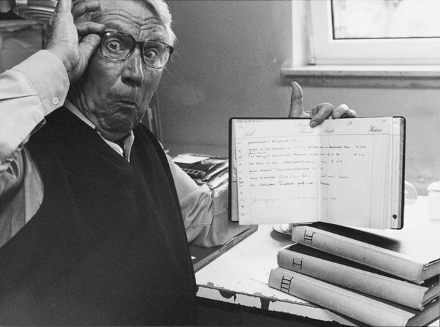 Jupp Darchinger mit einem der Archivbücher, in denen alle Fotoeinsätze dokumentiert werden.