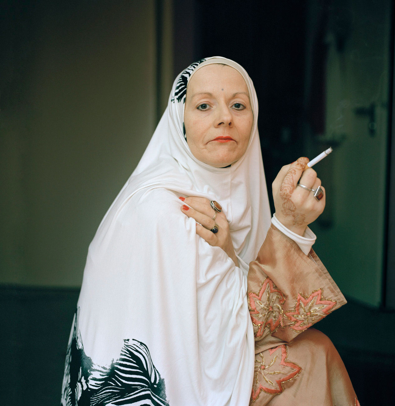 Warum konvertieren Deutsche zum Islam? Durch das fotografische Zwiegespräch mit Konvertiten fragt Lia Darjes, wie der Islam visuell und inhaltlich betrachtet wird und wie schnell wir dabei in tendenziöse Betrachtungsmuster verfallen.