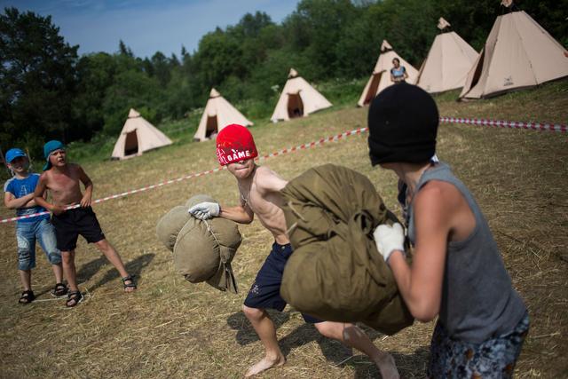 Die Kinder erlernen in der Zastawa auch einige Kampfspiele. Bei diesem sind die Augen verdeckt, die Waffe ist ein mit Stroh gefülltes Kissen.