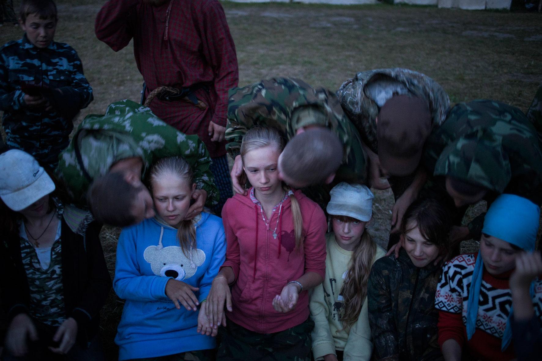 Mädchen werden während eines traditionellen Tanzspiels mit Musik von Jungs auf die Wange geküsst. Bei der »Wechörka« sollen sich junge Leute spielerisch näher kennenlernen.