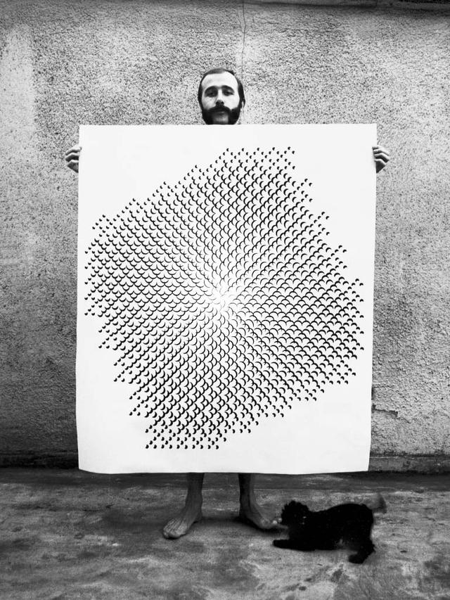 Gottfried Jäger präsentiert seine Lochblendenstruktur 3.8.14 F 2.5, 1968 Kamerafotografie.