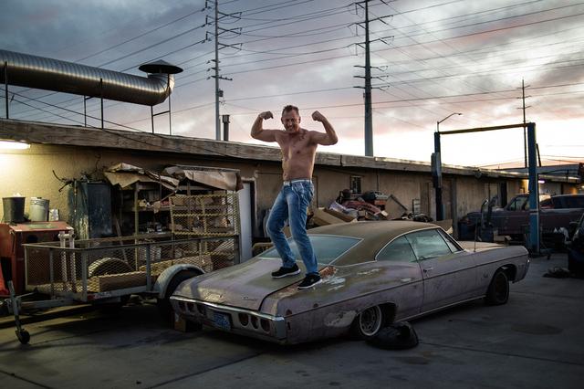 Las Vegas: Boxweltmeister Andreas Sidon posiert auf einem alten Auto.