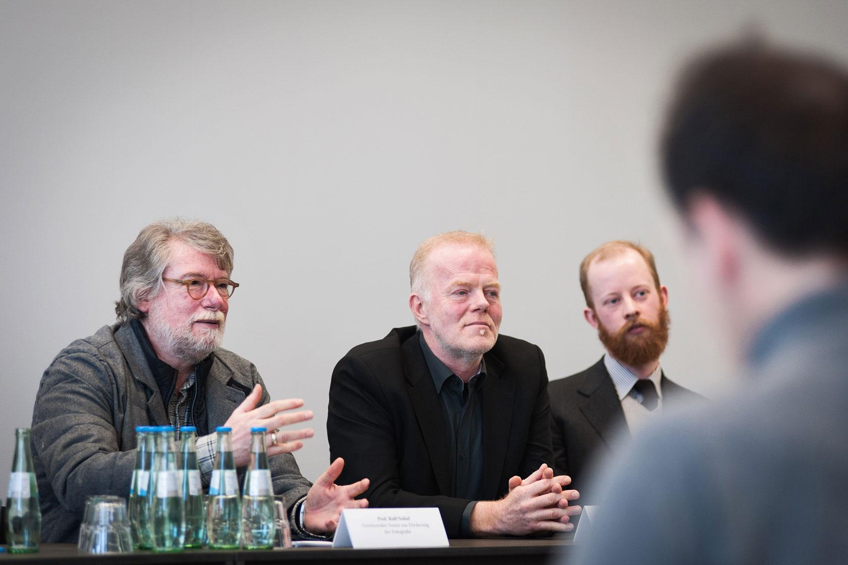Prof. Rolf Nobel mit Architekt Bernd Rokahr, von dem der Entwurf für die Umgestaltung der Räume in der Blauen Halle stammt, und Martin Smolka, einem der Leiter der Galerie.