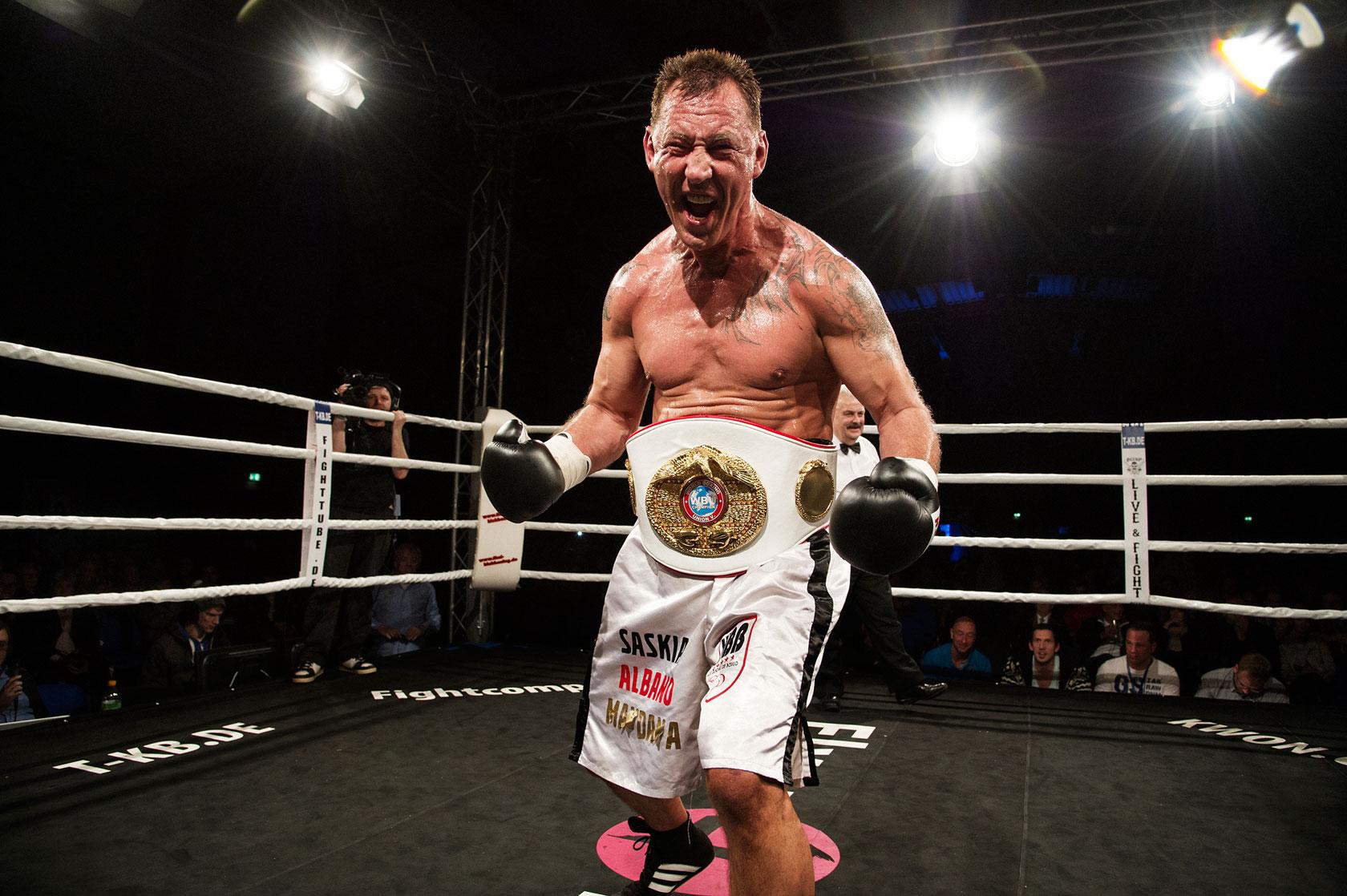 Andreas kurz nach dem Kampf. Er hat seinen Weltmeistertitel verteidigt, obwohl er dabei sein Leben riskierte. Foto: Armin Smailovic