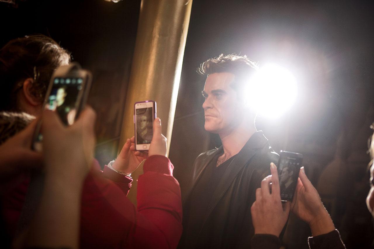 Einer der raren Auftritte von Robbie Williams auf dem roten Teppich. Lange in der Kälte gewartet, aber jetzt ist die Gelegenheit, das eine Bild zu machen. »Robbie, ich bin hier drüben, kannst du kurz in die Kamera schauen?!«