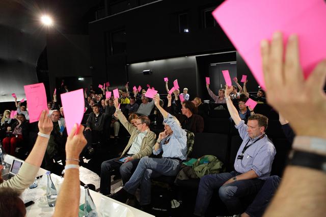 Mitglieder bei einer Abstimmung auf dem Jahrestreffen 2012 in Hannover.