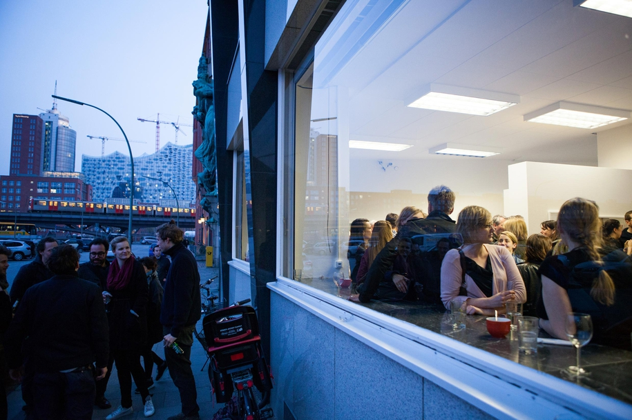 Man trifft sich auf unseren Ausstellungseröffnungen – drinnen wie draußen.