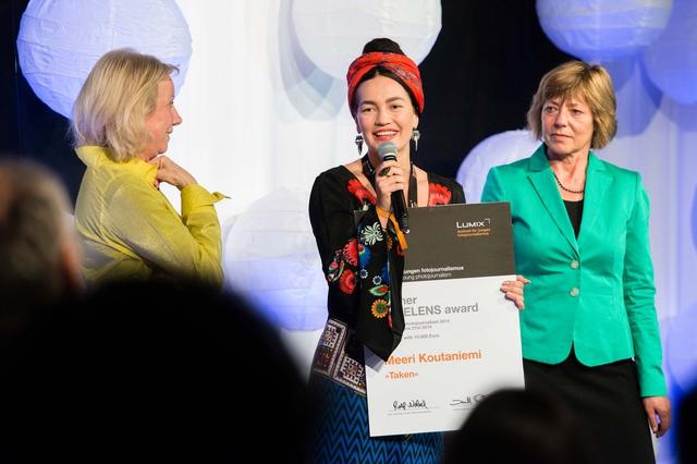 Ruth Eichhorn (GEO) und Daniela Schadt, Lebensgefährtin des Bundespräsidenten (rechts im Bild) überreichen Meeri Koutaniemi den FREELENS Award 2014 beim 4. Lumix Festival.