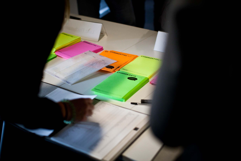 Zuteilung der Stimmkarten.