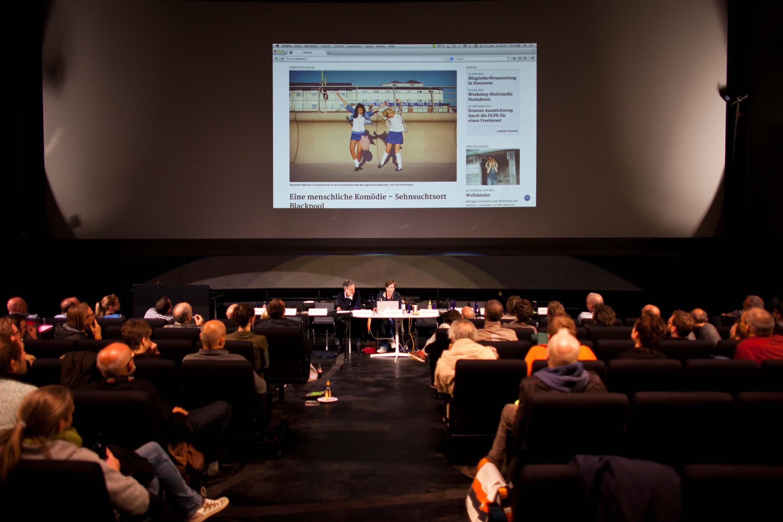 Die FREELENS Artdirektorin Stefanie Rejzek präsentiert die neue FREELENS Webseite – unter Aufsicht des FREELENS Justiziars Dirk Feldmann.