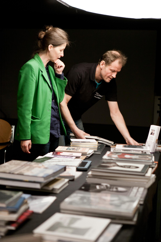 Der Strukturwandel im Buchhandel birgt Chancen für Pioniere wie Richard Sporleder: Bücher können bei ihm bequem per Mausklick bestellt werden. Noch bequemer – ein Kundenbesuch vor Ort. Hier eine Veranstaltung an der FH Düsseldorf mit der Dozentin Kathrin Tillmanns und ihren Studenten.
