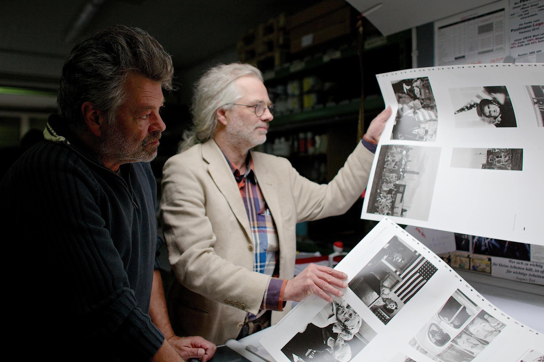 Den richtigen Bogen raus: Jochen und Hannes Wanderer lassen ihr ganzes Wissen einfließen, um höchste Druckergebnisse zu erzielen.