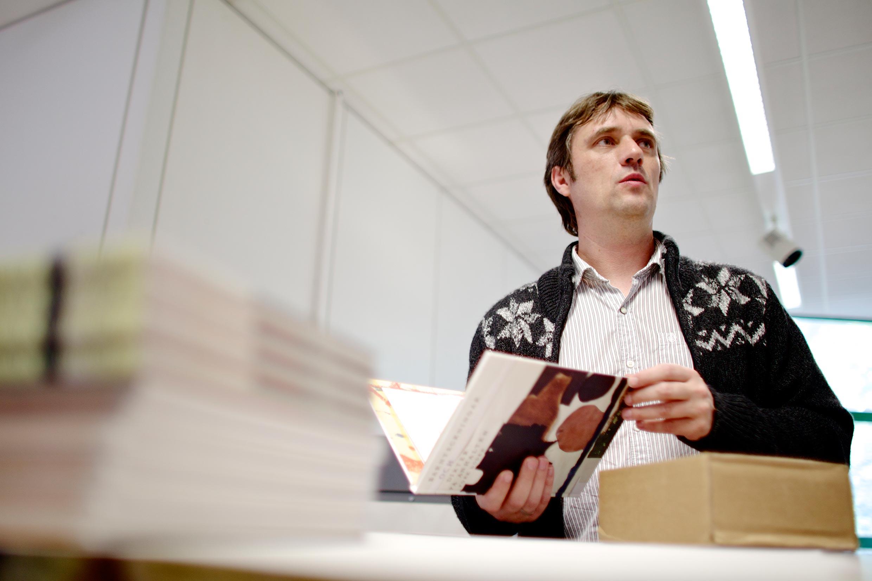 Thomas Dehne prüft ein frisches Druckerzegnis.