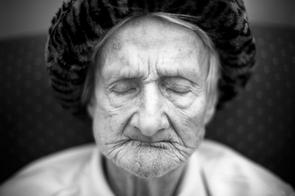Liselotte Fey sitzt oft stundenlang mit geschlossenen Augen - aber nie ohne Leopardenhut - in »ihrem« Sessel auf der Station für an Demenz erkrankte Menschen im Rauhen Haus, Hamburg.