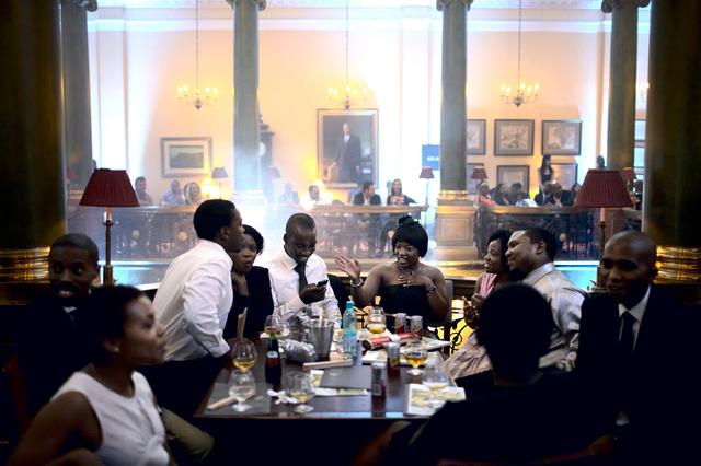 Wohlhabende Südafrikaner warten im Rand Club in Johannesburg auf den Beginn einer Modenschau während der Joburg Fashion Week 2011.