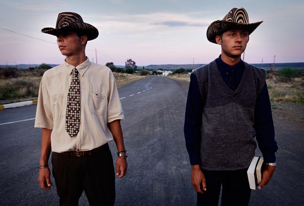 Farmarbeiter auf dem Weg zum Sonntagsgottesdienst. Sie leben in Orania, einer »Privatstadt nur für Weiße« in der Nordkap-Provinz, gegründet 1991 von weißen Apartheidfanatikern.