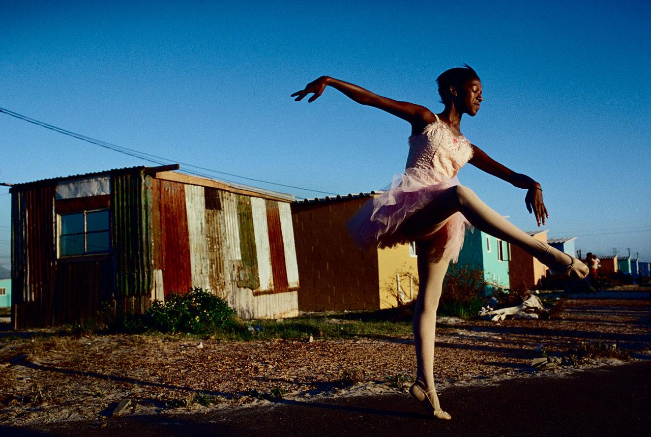 Noluyanda Mqutwana tanzt vor ihrem Haus in Khayelitsha, einem Township bei Kapstadt. Sie ist eins von 200 Kindern aus unterprivilegierten Familien, welches an dem Balletprogramm »Dance for All« teilnimmt.