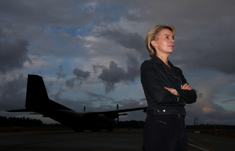 15.08.2014, Hohn bei Rendsburg: Bundesverteidigungsministerin Ursula von der Leyen steht auf dem Nato-Flugplatz Hohn vor einer Transall der Bundeswehr.