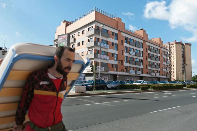 Die Räumung des Wohnblockes Corrala de Vecinas la Utopía wird im Januar 2014 gerichtlich verfügt. Laut dem Europäischen Gerichtshof für Menschenrechte (EGMR) ist es unzulässig, Menschen ohne Ausweg zu räumen. Am 6. April 2014 wurde das Gebäude geräumt. Die Hälfte der Betroffenen hat bislang noch keine Alternative zum Leben auf der Straße gefunden.