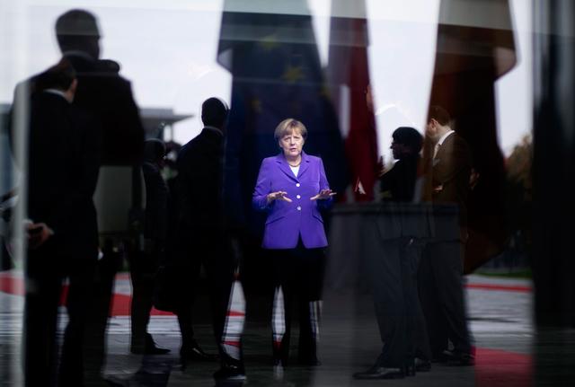 09.10.2014, Berlin: Bundeskanzlerin Angela Merkel wartet mit Mitarbeitern beim Staatsbesuch der polnischen Ministerpräsidentin im Bundeskanzleramt.