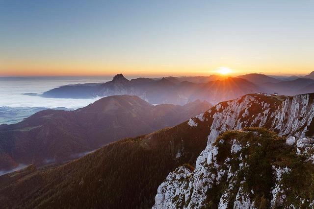Sonnenaufgang im Salzkammergut. Blick vom Alberfeldkogel auf Traunstein (links) und die Feuerkogelhütte (rechts).