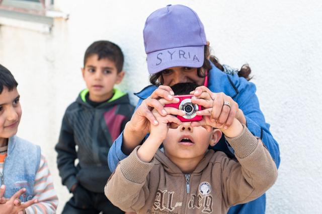Im Rahmen des Projekts »Amal ou Salam« fanden im März 2015 mit Unterstützung der FREELENS Foundation Fotografie-Workshops für syrische Flüchtlingskinder in Jordanien statt.