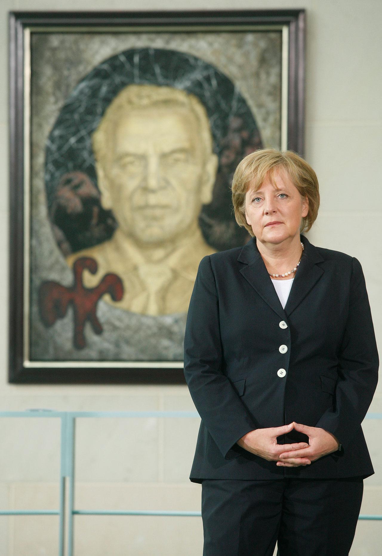 Die staatstragende Pose gehört zum Repertoire jedes Spitzenpolitikers – natürlich auch bei Angela Merkel.