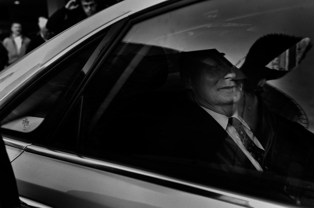 In seinem Dienstwagen verlässt Oskar Lafontaine die Wahlkundgebung der Linken in Mainz. Foto: Bernd Arnold