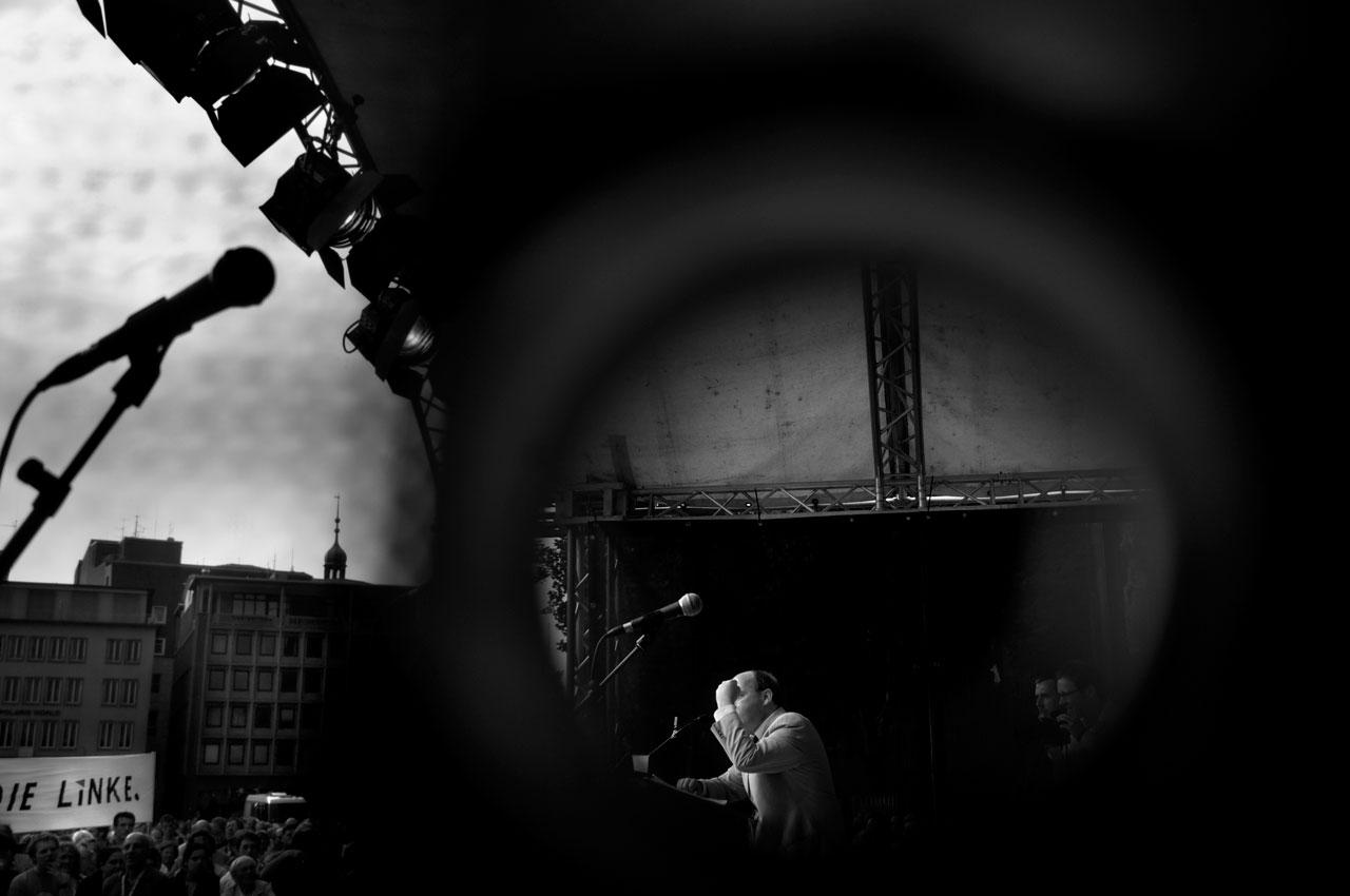 Gregor Gysi, Die Linke, ballt die Faust bei seiner Rede auf dem Kölner Domplatz. Foto: Bernd Arnold