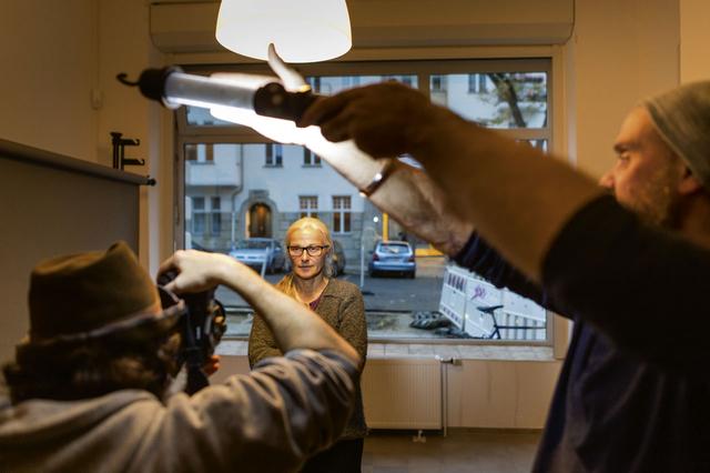 Ein Licht aufgegangen: In einem Porträt-Workshop bei Peter Rigaud wird das Setzen des Lichts mit einer LED-Leuchte aus dem Baumarkt geübt.