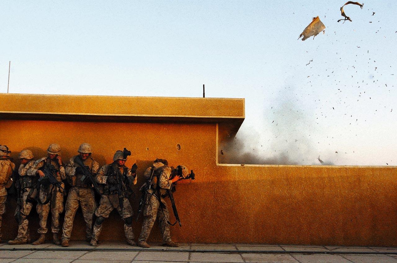 Ästhetische Faszination am Schrecken? Scott Peterson begleitete US-Soldaten in Falujah beim Sprengen der Tür eines Gebäudes, hinter dem sie irakische Aufständische vermuten.