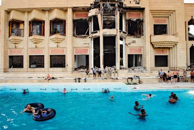 Ed Kashi zeigt die Absurditäten eines sinnentleerten Krieges: Pause vom Kampf im Palast-Pool von Saddam Husseins Sohn Uday in Bagdad.