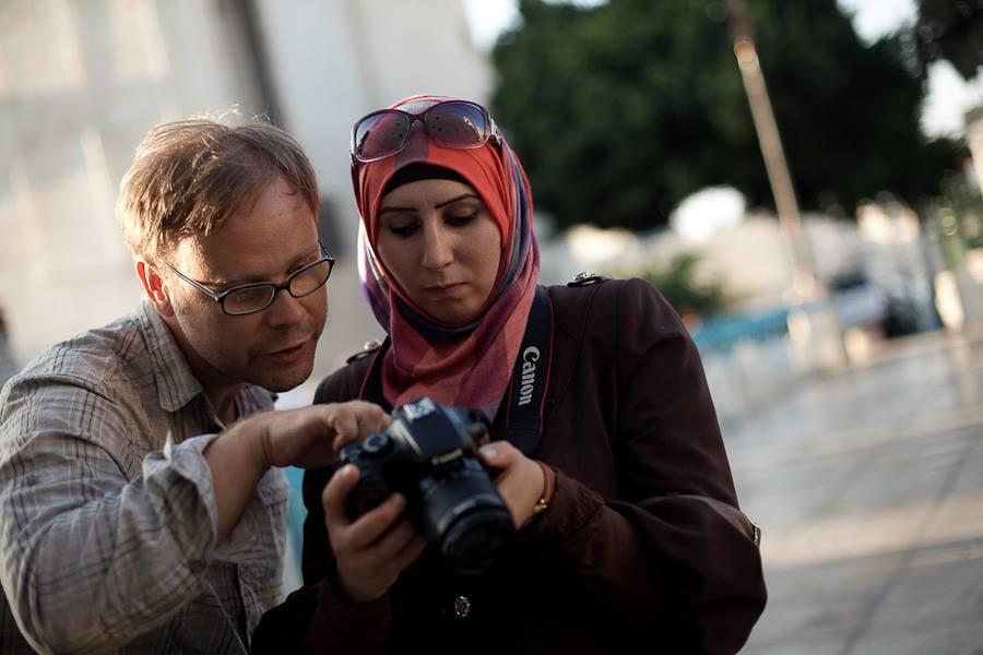 Paten im Einsatz für die FREELENS Foundation: Daniel Nauck vermittelt einer Workshop-Teilnehmerin fotografisches Know-how.