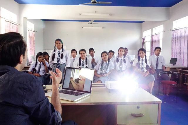 Bevor sich die Schüler der Dehradun Public School auf die Suche nach ihrem Bild von der Welt machen, führt Reza Nadji sie in das für sie neue Medium Fotografie ein.