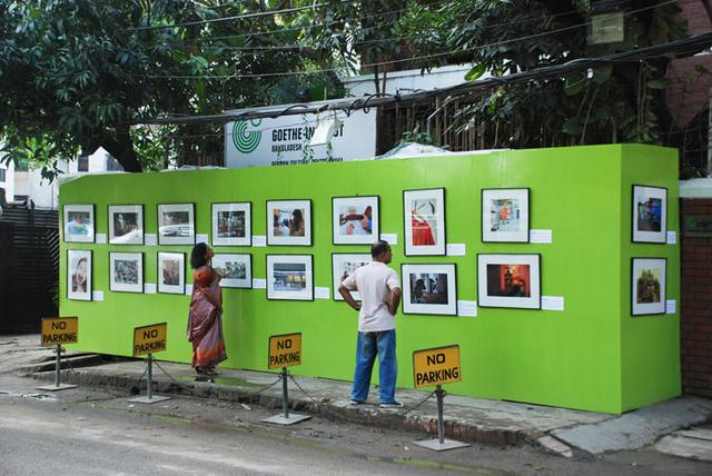 Ausstellungsbesucher in Dhaka.