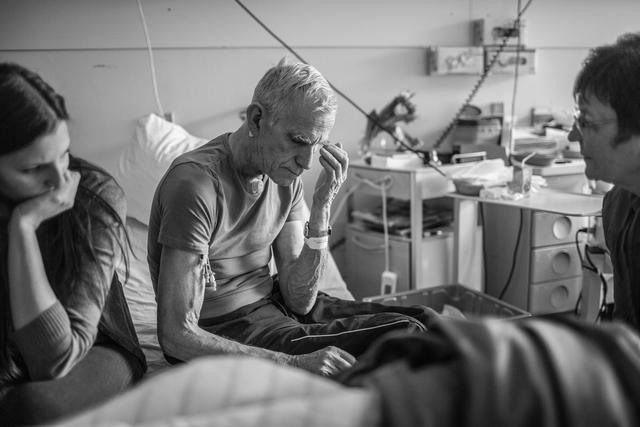 Matthias Döring erzählt in seiner Bachelorarbeit die Geschichte von dem an Kehlkopfkrebs erkrankten Friedhelm und von seinem Kampf gegen die Krankheit und ums Leben.
