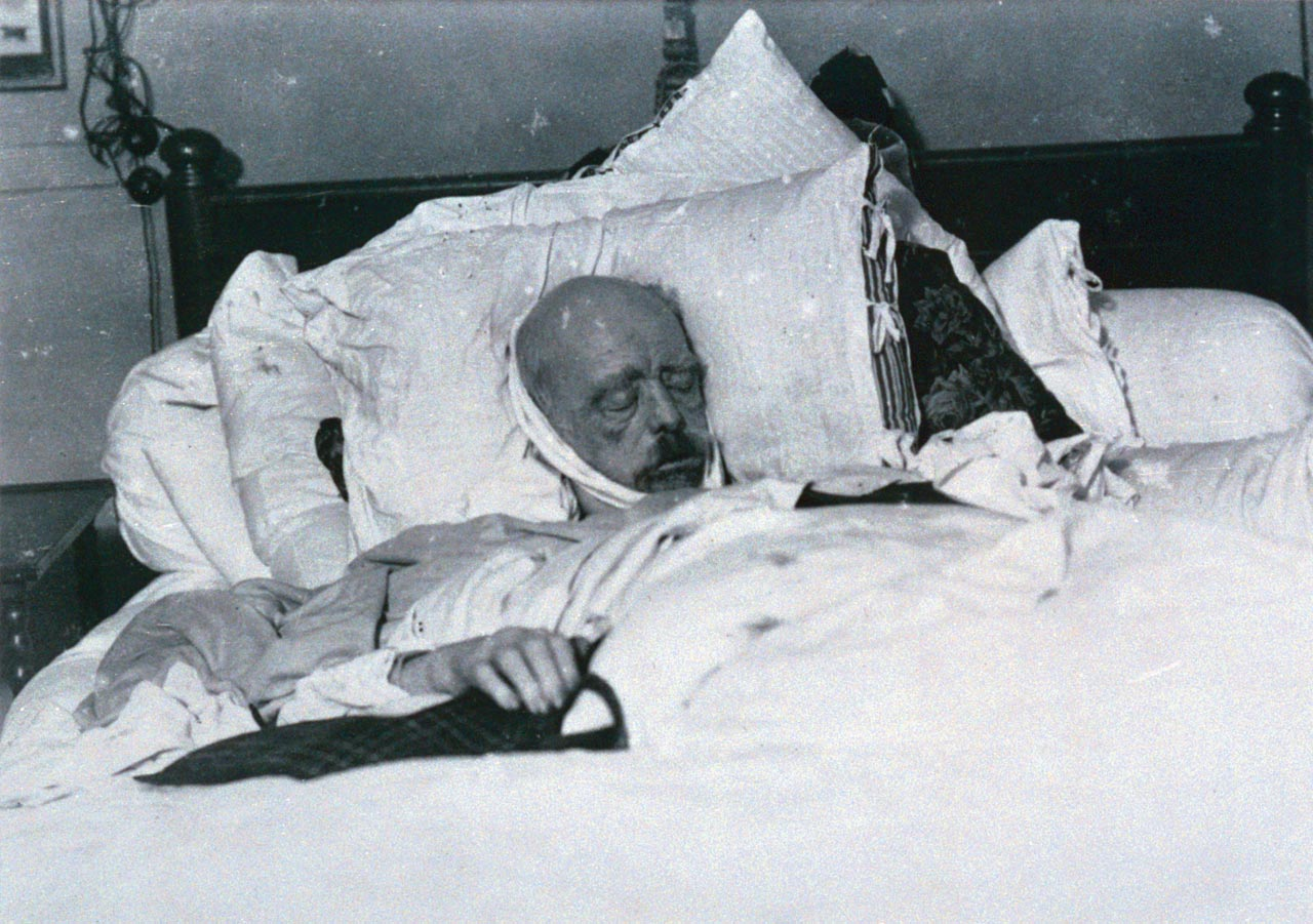 Heimlich in seinem Sterbezimmer fotografiert: Otto von Bismarck kurz nach seinem Ableben. Foto: Willy Wilcke & Max Priester (Bildarchiv Denkmalschutz Hamburg)