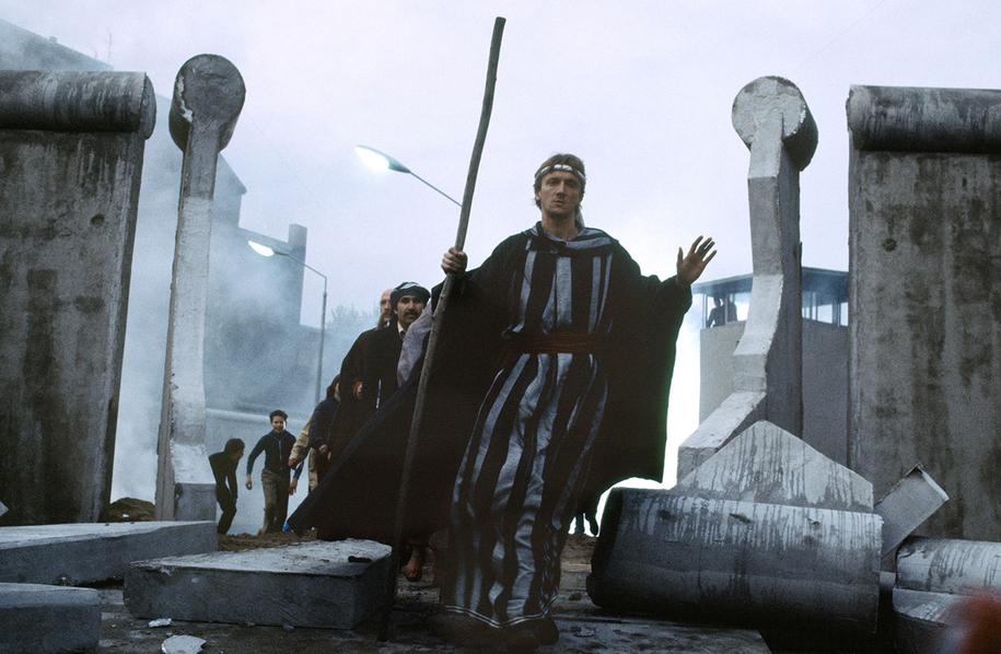 Der Traum von Millionen: 1982 dreht Reinhard Hauff in Westberlin den Film »Der Mann auf der Mauer« mit Marius Müller-Westernhagen in der Rolle des tragikomischen Helden, der in der deutsch-deutschen Realität scheitert, aber in seinen Träumen die Mauer durchbricht und zum Messias wird.