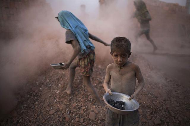 Kinder in einer Ziegelei in Fatullah, Bangladesch. Durchschnittlich 400 bis 700 Taka (70 Taka entsprechen 1 US-Dollar) verdienen die Kinder im Monat.