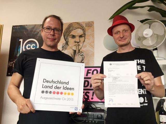 Markus Beckedahl und Andre Meister (r.) zwischen Auszeichnung und Ermittlungsverfahren.