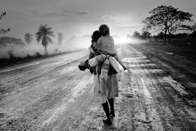 Luisa ist Nomadin wie schon ihre Eltern und Großeltern. Anders als ihre Vorfahren lebt sie von kleinen Jobs, von Tag zu Tag. Der Regenwald, der einst die Lebensgrundlage bot, ist partiell verschwunden. Departamento Beni, Bolivien.